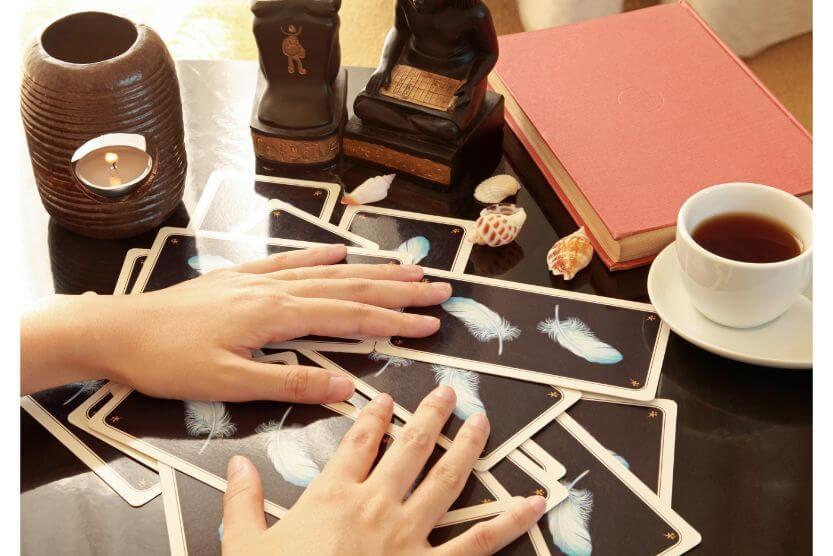 タロットカード初心者でも安心!!カードの選び方と占い方法